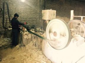 رنده کردن چوب صنوبر و تولید پوشال کندوان